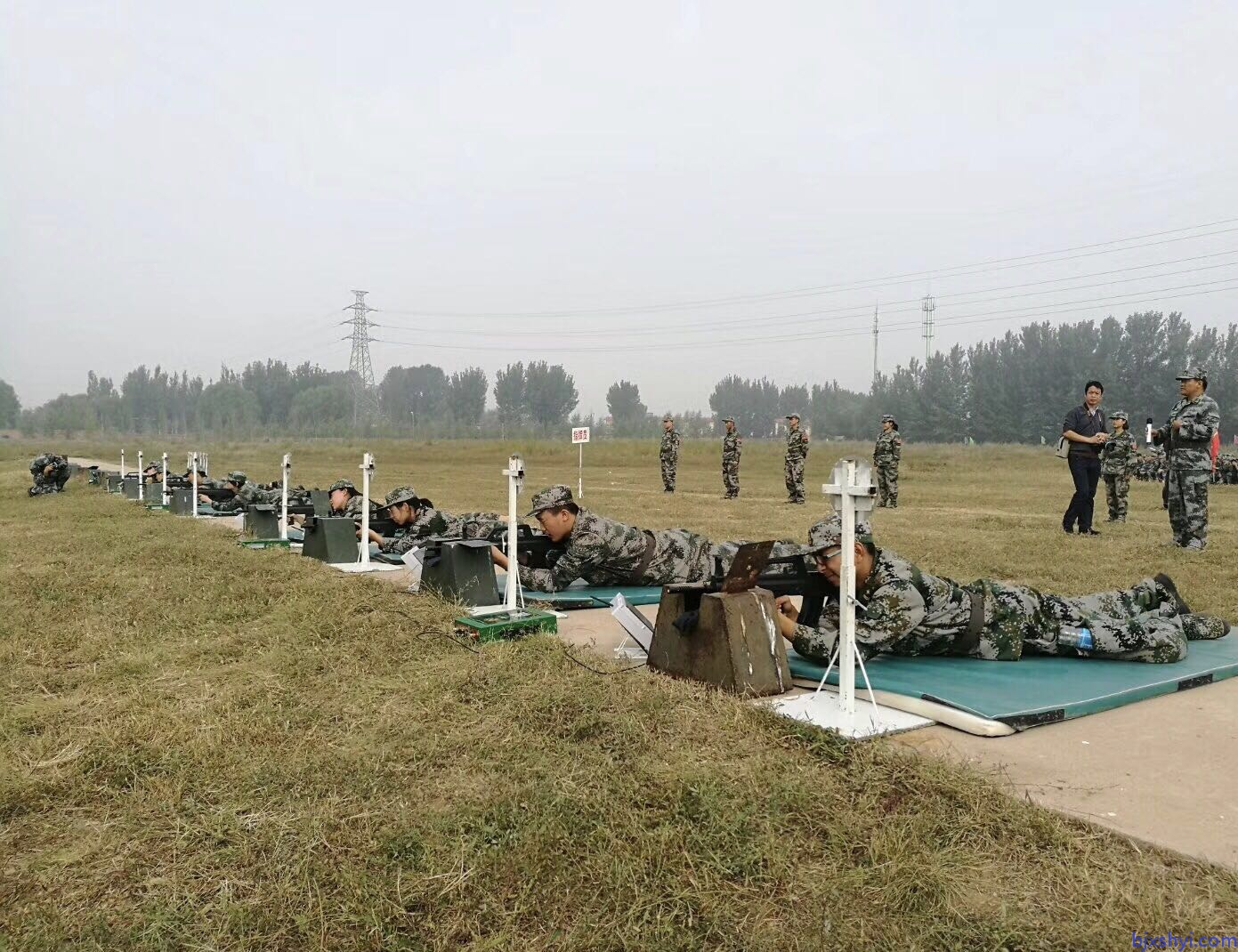 军警模拟射击训练打靶现场